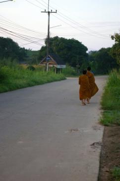 moines devant la maison