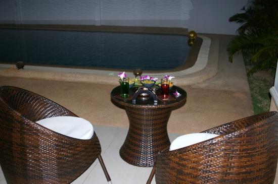Petit salon près de la piscine